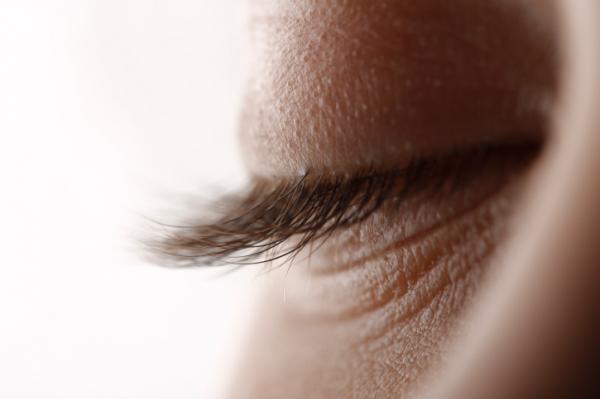 a szemhéjon lévő papillómák okozzák