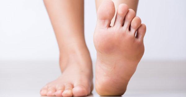 a lábujjak közötti bőr nedves lesz