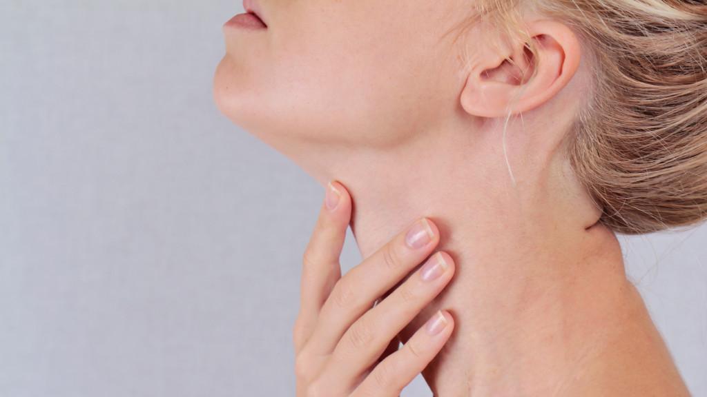 amelyet az orvos a nyakon lévő papillómákkal kezel